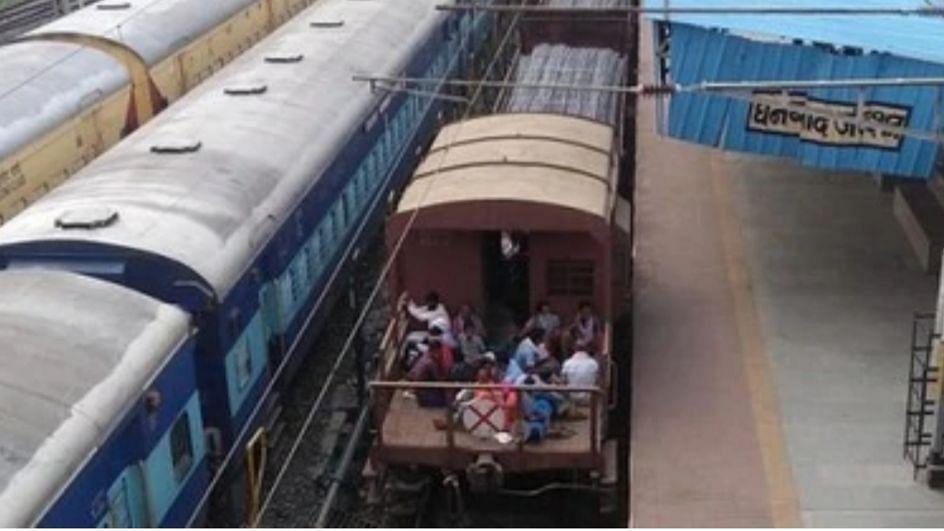 Corona: पैसेंजर ट्रेनें हुई बंद तो मालगाड़ी में सफर करने लगे लोग...