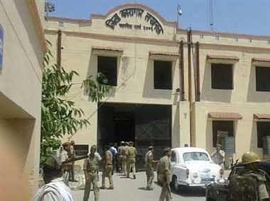 Corona: UP की जेलों में बंद 11,000 कैदी होंगे रिहा, मुख्यमंत्री ने दिया निर्देश