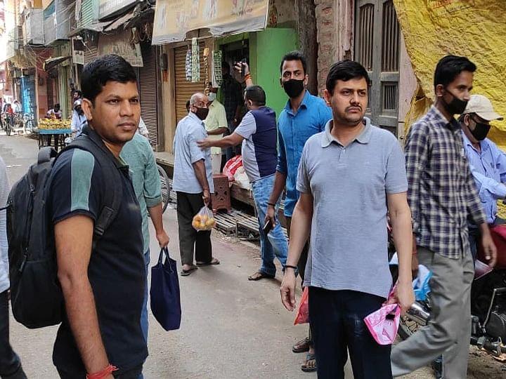 वाराणसी: ग्राहक बनकर बाजार गए DM व SSP, कालाबाजारियों को कराया गिरफ्तार