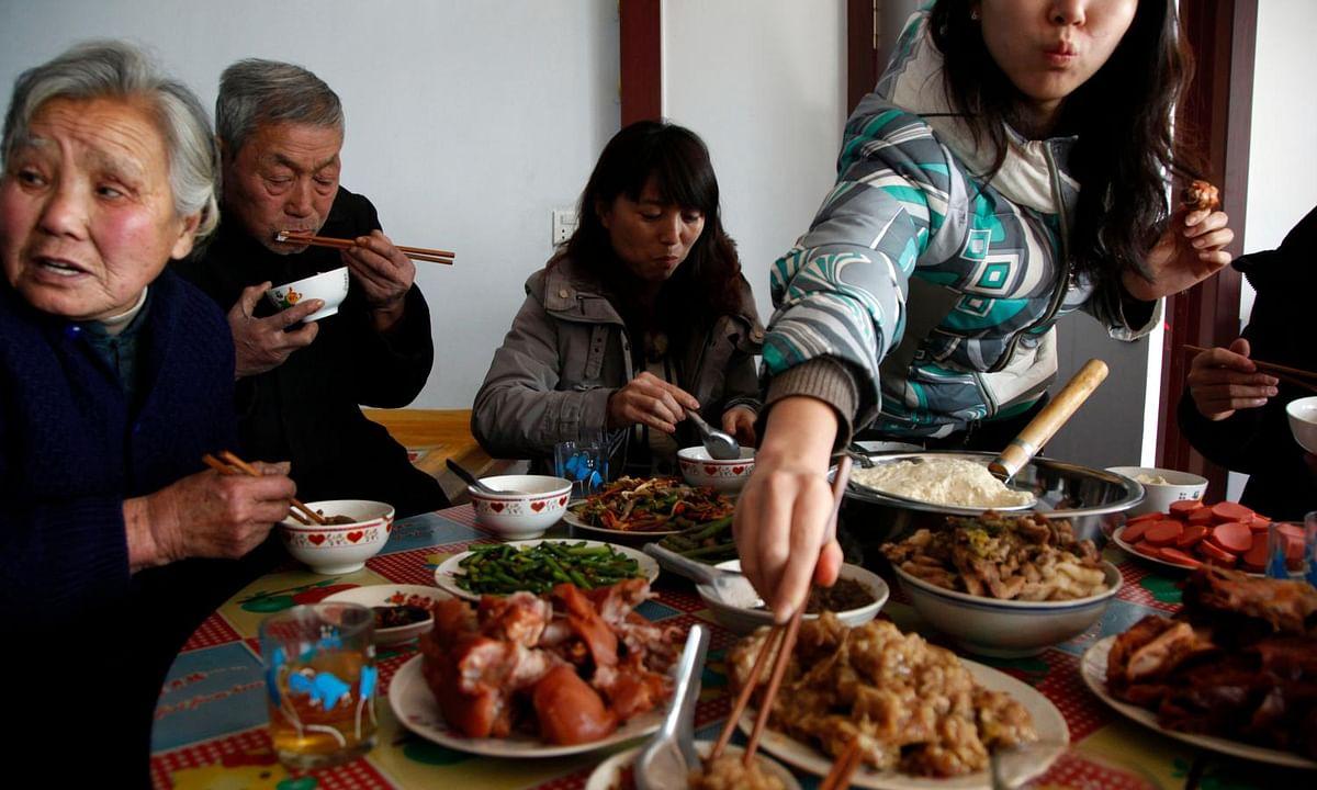 चीन में जानवरों का मांस खाकर जश्न मनाते लोग, फिर शुरू हुई चमगादड़ों की बिक्री