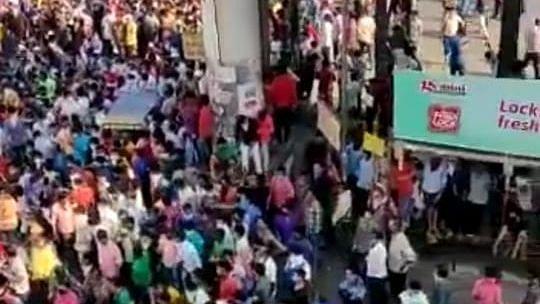 lockdown में फंसे हजारों प्रवासी मजदूर मुंबई के बांद्रा रेलवे स्टेशन पर उमड़े, पुलिस ने किया लाठीचार्ज