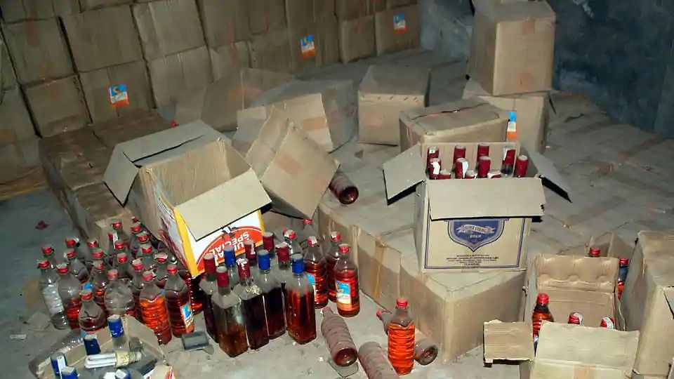 UP: शराब माफिया से दोस्ती पड़ी महंगी, दारोगा समेत 6 पुलिसकर्मी लाइन हाजिर