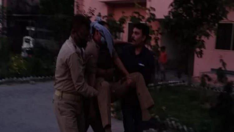 यूपी: लॉकडाउन में घूमने से मना करने पर पुलिसकर्मियों पर हमला