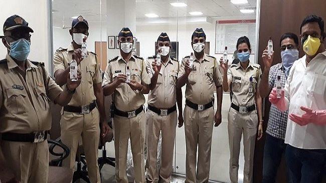 मुंबई पुलिस व बेस्ट कर्मियों को सिप्ला हेल्थ ने बांटे 20 हजार हैंड सैनिटाइजर