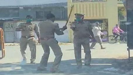 सीतापुर: लॉकडाउन के दौरान दारोगा पर लाठी भांजने वाले सिपाही का Video वायरल, हुआ सस्पेंड