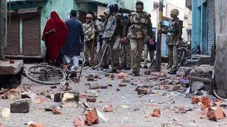 UP: अलीगढ़ में लॉकडाउन का पालन कराने गई पुलिस पर पथराव, सिपाही चोटिल, देखें-Video