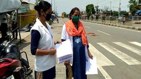 यूपी: कड़ी धूप में नेशनल हाइवे पर पूरी शिद्दत से फर्ज निभा रही 8 माह की गर्भवती एएनएम