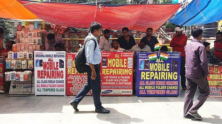 lockdown effect: करोल बाग की मोबाइल मार्केट में आ रहे हैं ग्राहक, पर नहीं है रौनक