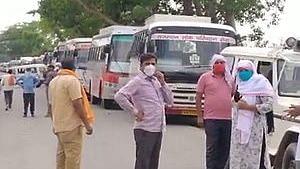 बसों पर रार: मजदूरों के लिए 'कांग्रेसी' बसें तो नहीं चलीं, आरोपों के तीर चले, धरना हुआ और देर रात FIR