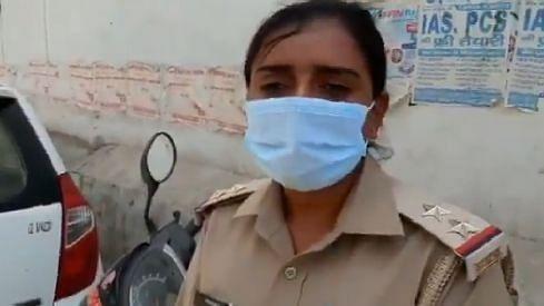 LockdownUP: बेखौफ मनचलों ने महिला दारोगा से की छेड़खानी, विरोध करने पर किये भद्दे कमेंट
