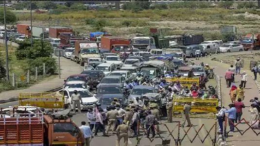 कोरोना के चलते सील किया गया दिल्ली-गाजियाबाद बॉर्डर, 3 किमी लंबे जाम में फंसे रहे लोग