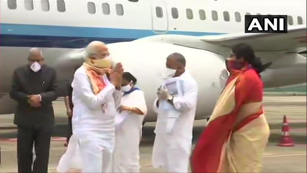 कोलकाता पहुंचे पीएम नरेंद्र मोदी