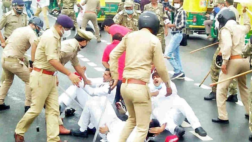 UP: डीजल-पेट्रोल की बढ़ती कीमतों के खिलाफ सपाइयों का प्रदर्शन, पुलिस ने जमकर भांजी लाठियां