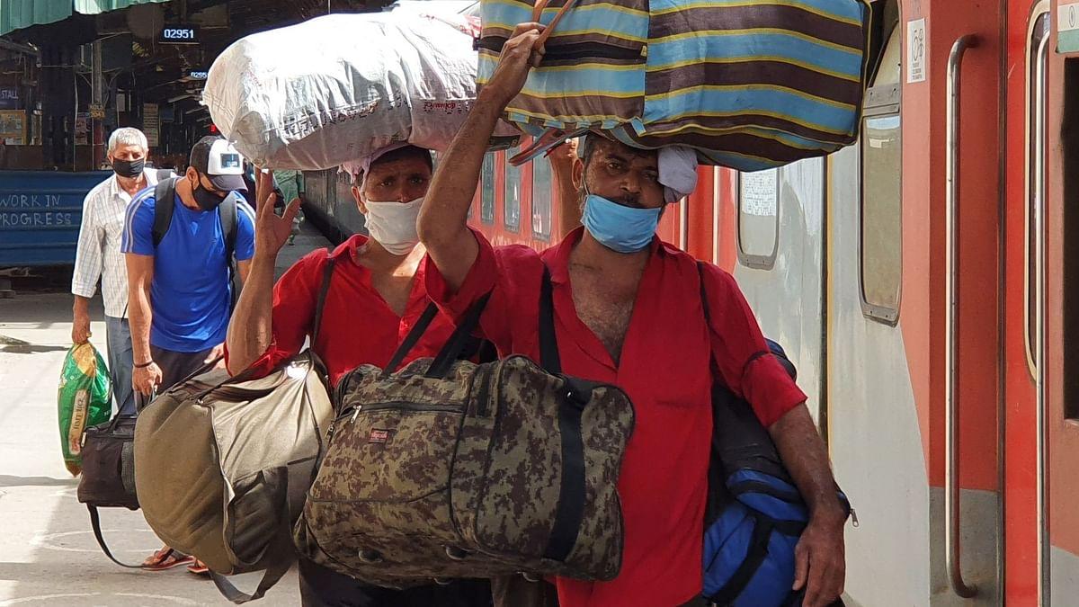 कोरोना संक्रमण के बीच आसान नहीं है दिल्ली के कुलियों की राह