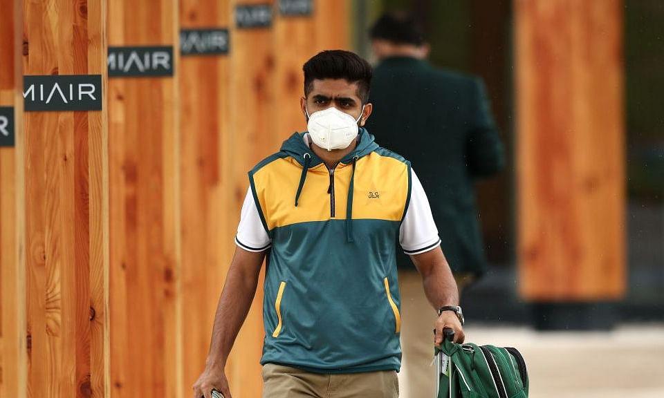 टेस्ट और T-20 सीरीज के लिए इंग्लैंड पहुंची पाकिस्तान टीम