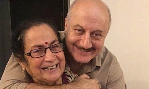 मां के साथ अनुपम खेर का नया वीडियो...इस बार दोनों जमकर नाचे