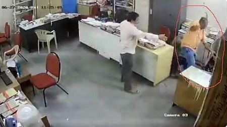 मास्क पहनने को कहा तो शख्स ने महिला सहकर्मी को बर्बरता से पीटा, बाल पकड़कर फर्श पर गिराया... देखें Video