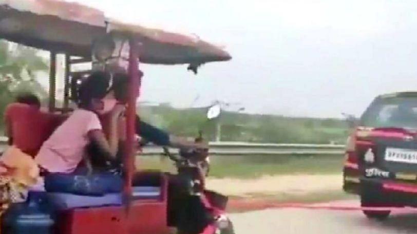 Video: प्रवासी परिवार के लिए मसीहा बनी UP 112, रास्ते में खत्म हो गई ई-रिक्शा की बैट्री तो रस्सी बांधकर खींचा