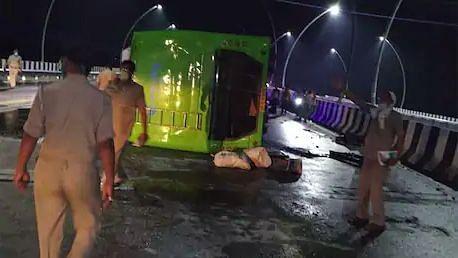 UP: ड्राइवर की झपकी से बस पलटी, 2 दर्जन से ज्यादा प्रवासी मजदूर घायल