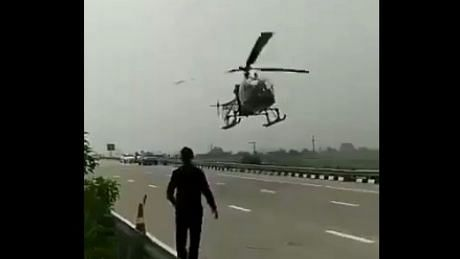 इंडियन एयरफोर्स के हेलीकॉप्टर ने एक्सप्रेस-वे पर की आपात लैंडिंग... Video