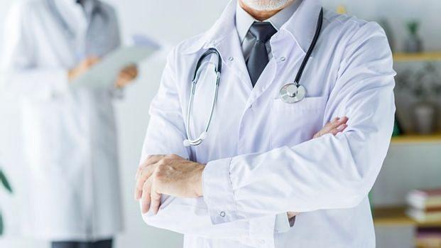कोरोना से जंग में सरकार की नई पहल, डॉक्टर की यूनिफॉर्म में मोर्चे पर नजर आएंगे IAS और IPS अफसर भी
