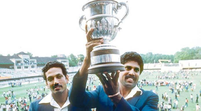 कपिल देव विश्व विजेता ट्रॉफी के साथ