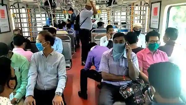75 दिन बाद मुंबई में फिर पटरी पर दौड़ी लोकल, अभी एहतियात के साथ सीमित सेवाएं