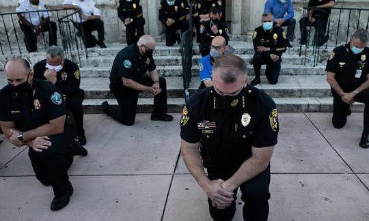 अश्वेत की मौत के बाद अमेरिका में विरोध प्रदर्शन चरम पर, पुलिस डिपार्टमेंट ने टेके घुटने, तस्वीरें वायरल