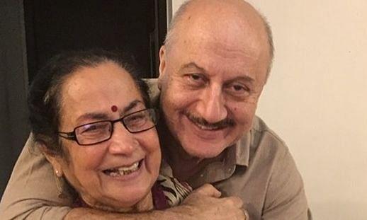 अनुपम खेर ने शेयर किया मां का वीडियो, आपका भी दिल जीत लेगा उनका ये निराला अंदाज