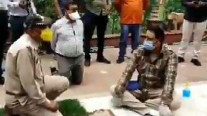 इंदौर: धरना दे रहे कांग्रेस नेताओं के सामने घुटने के बल बैठे अफसर, गिरी गाज... Video वायरल