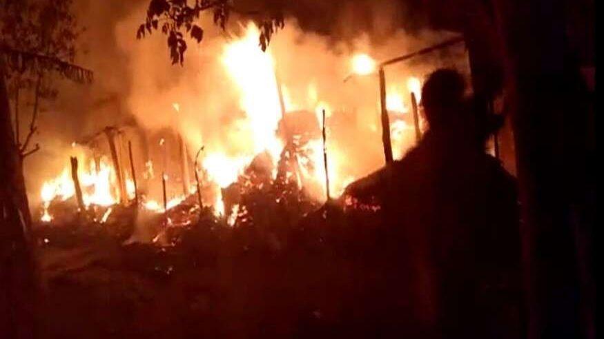 महिला कांस्टेबल से इश्क इतना भारी पड़ा कि घरवालों ने युवक को पेड़ से बांध कर दिया आग के हवाले, मौत