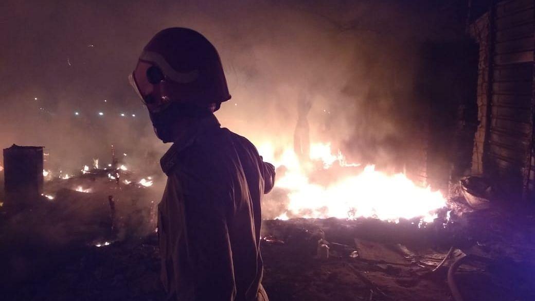 दिल्ली के शाहबाद डेयरी में लगी आग, 70 झोपड़ियां जलकर राख
