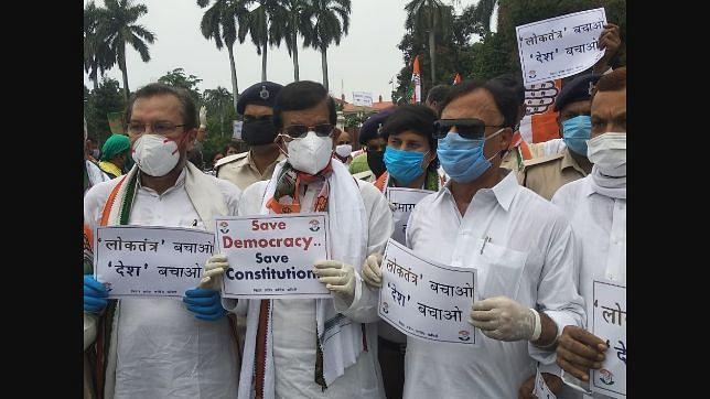 राजस्थान के संकट पर बिहार कांग्रेस का राजभवन पर प्रदर्शन, सोशल डिस्टेंसिंग की उड़ी धज्जियां