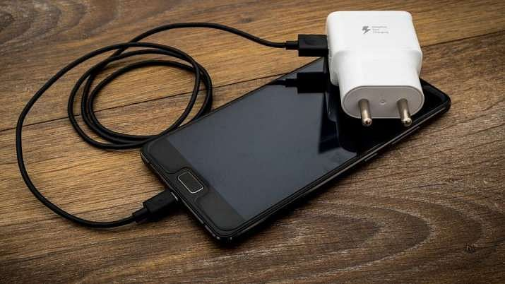 इनबॉक्स फोन चार्जर के बिना स्मार्टफोन बेच सकती है सैमसंग