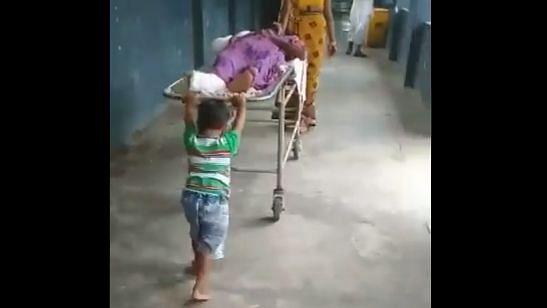 शर्मनाक: देवरिया जिला अस्पताल में मासूम से खिंचवाया स्ट्रेचर, 30 रुपये न देने पर कर्मचारियों ने किया मना... Video