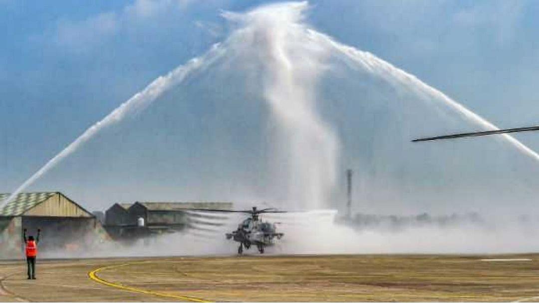 अद्भुत पल: वाटर कैनन से राफेल विमानों को दी गई सलामी, वायुसेना ने कहा- वेलकम होम 'Golden Arrows'