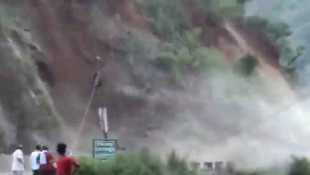 Video: चमोली में ITBP कैंप के पास टूटा पहाड़, पिथौरागढ़ में बादल फटने से 5 मकान धराशाई, मलबे में दबे कुछ लोग