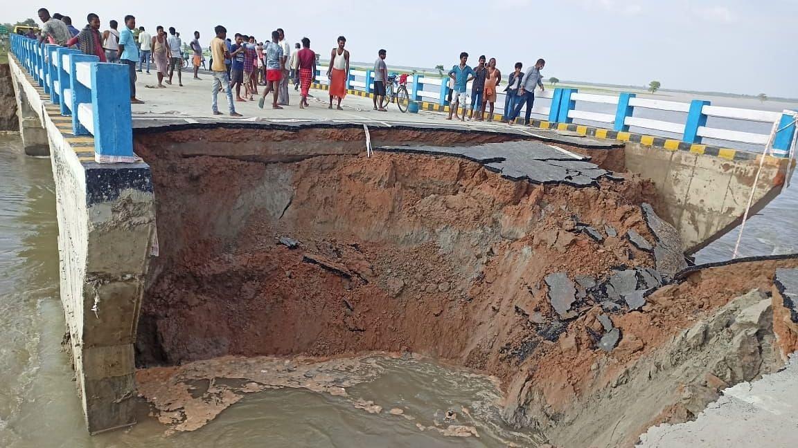 करोड़ों की लागत से बना गोपालगंज का रामजानकी पथ महीने भर में ही भरभरा के गिरा, कई जिलों से टूटा संपर्क