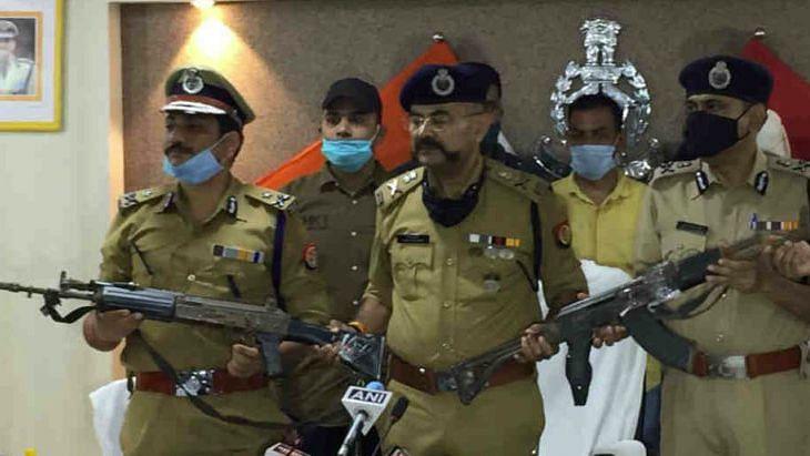Kanpur Shootout: विकास दुबे के घर से बरामद हुईं पुलिस से लूटी AK-47, विकास का ममेरा भाई गिरफ्तार