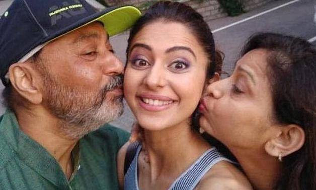 रकुल प्रीत ने पिता के साथ खेला ये गेम...पापा को हराने के बाद शेयर किए फोटो