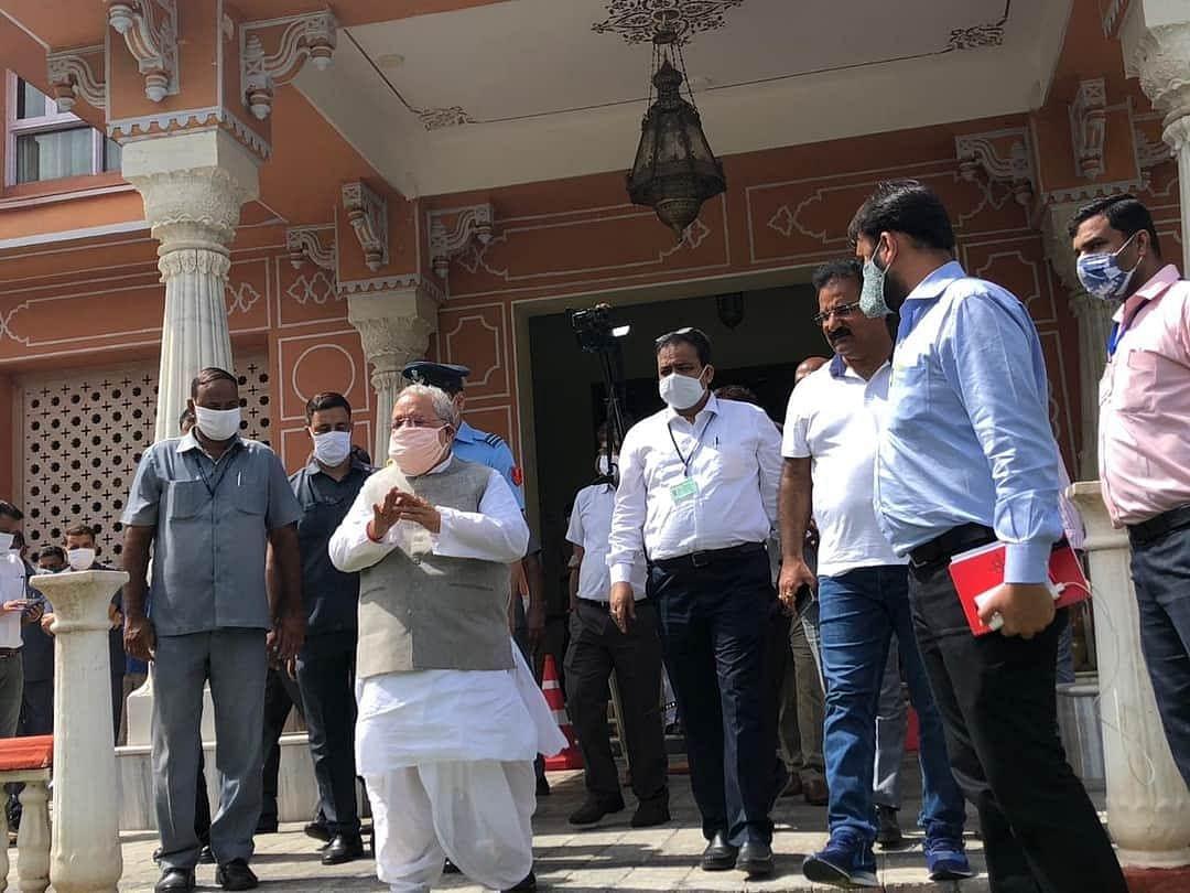 राजभवन से बाहर आकर विधायकों से मिले राज्यपाल कलराज मिश्र
