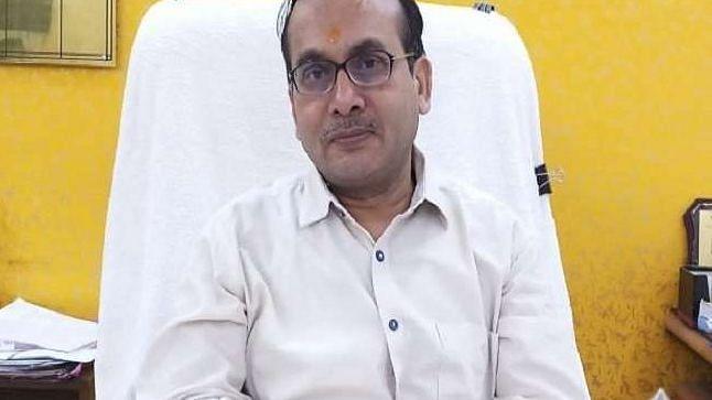 कोरोना के बढ़ते मामलों के बीच लखनऊ CMO पर गिरी गाज, नरेंद्र अग्रवाल की जगह आरपी सिंह को मिली जिम्मेदारी