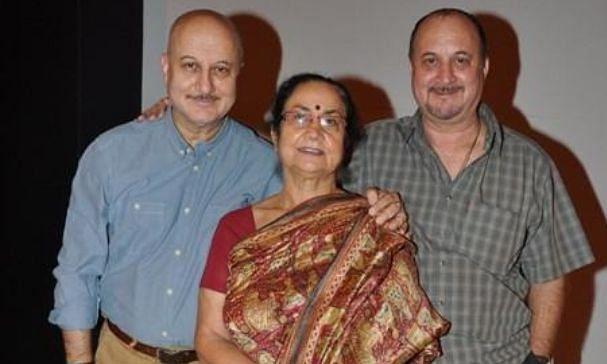 बच्चन परिवार के बाद अब अनुपम खेर के घर कोरोना ने दी दस्तक, मां और भाई की रिपोर्ट कोविड पॉजिटिव