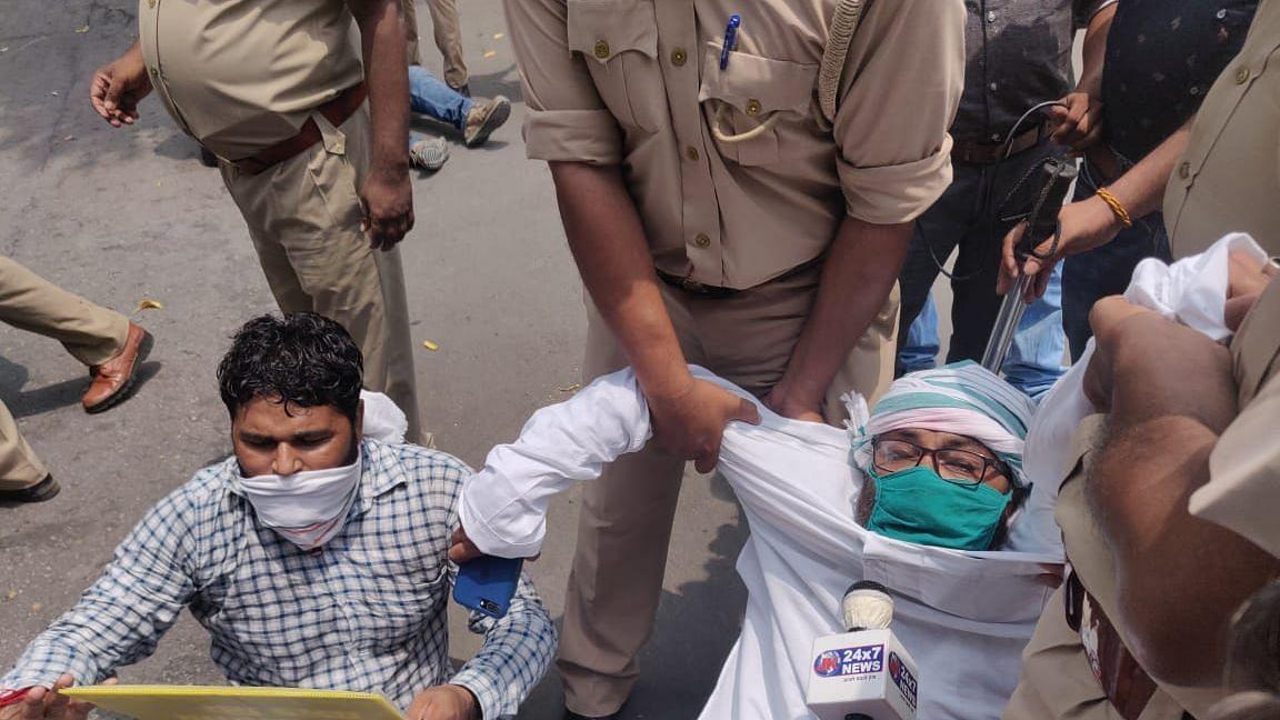 लखनऊ में राजभवन के सामने प्रदर्शन कर रहे कांग्रेसी गिरफ्तार, लल्लू और पुनिया की मौजूदगी में दिया धरना