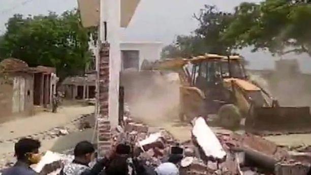 कानपुर एनकाउंटर: JCB से ढहाया गया विकास दुबे का घर, सारी सम्पत्ति अटैच करने की तयारी