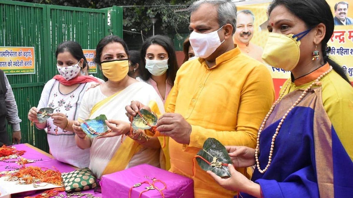 अनोखी पहल: स्टॉल लगाकर मुफ्त में स्वदेशी राखियां बांट रहीं भाजपा सांसद