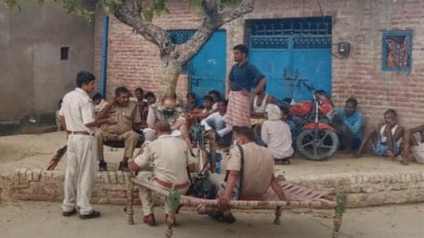 साथियों की शहादत का बदला लेने को एक्शन में पुलिस, हिरासत में दर्जनों लोग, 500 मोबाइल सर्विलांस पर