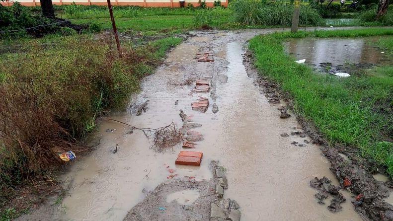 गाजीपुर: राहगीरों के लिए मुसीबत बनी सड़क, थोड़ी से दूरी के लिए भी लगता है घंटों समय