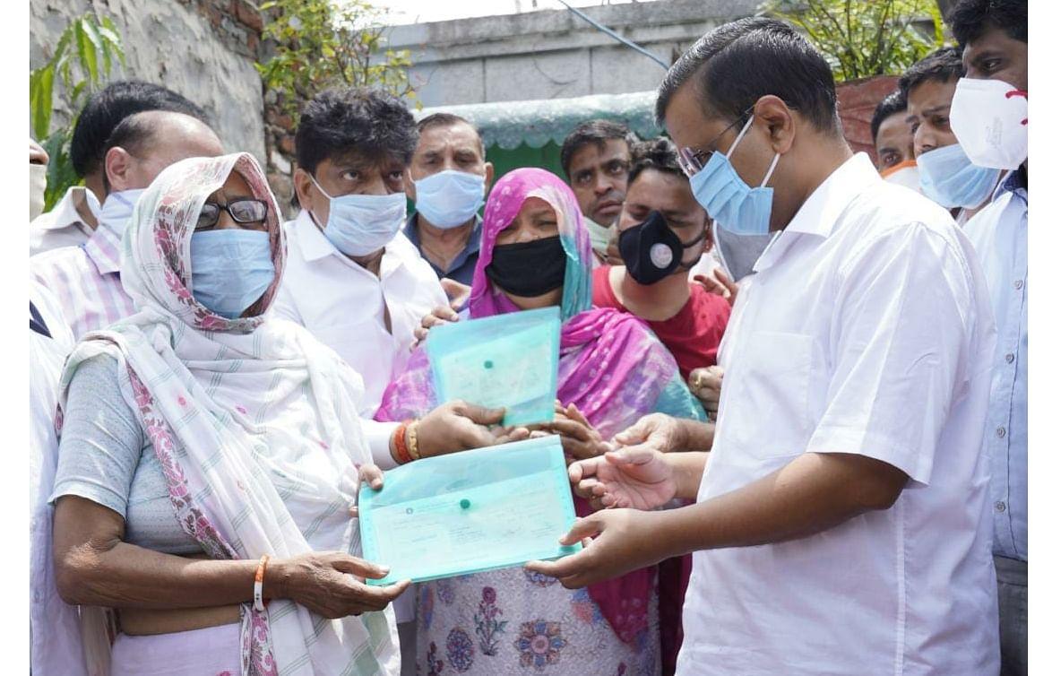 'कोरोना योद्धा पर गर्व, जान की बाजी लगा लोगों की सेवा की' : दिल्ली सीएम
