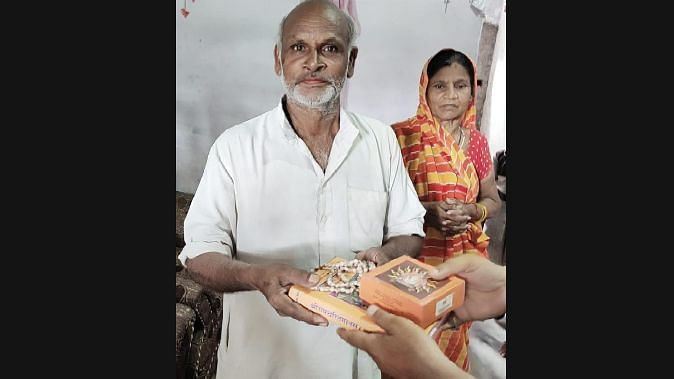 राम चरित मानस और तुलसी माला के साथ सबसे पहले दलित परिवार को दिया गया राम मंदिर भूमि पूजन का प्रसाद